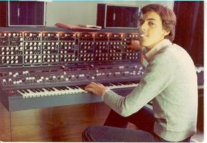 Un Marcello Colo giovanissimo mentre lavora ad uno dei primi synth polifonici, analogici della CRB